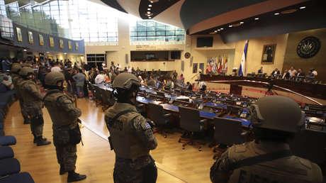 Bukele irrumpe en la Asamblea Nacional con militares y abre una crisis institucional en El Salvador