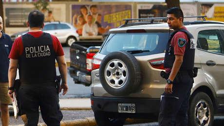La Policía detiene a un hombre en la calle por romper la cuarentena en Argentina y su hijo lo denuncia por abusos