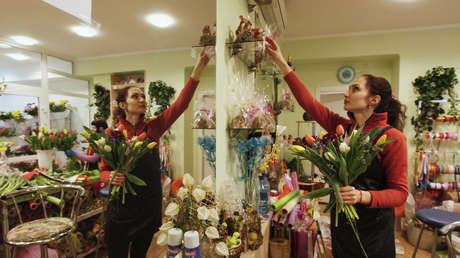 """Una floristería rusa regala su género en medio de la pandemia para que """"el mundo no se ahogue en colores grises"""""""