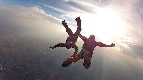 VIDEOS: Un paracaidista es noqueado en pleno salto grupal y un compañero lo rescata