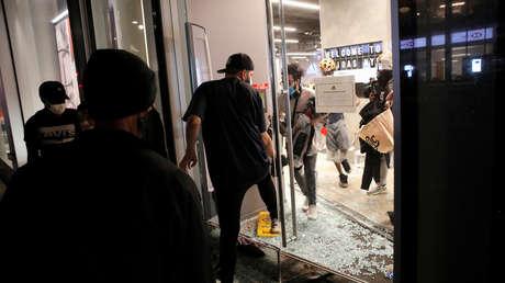"""""""¡Feliz Navidad!"""": Saqueadores arrasan tiendas en Nueva York en medio de las protestas (VIDEO)"""