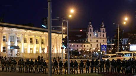 La Policía en Minsk dispersa a los manifestantes con granadas aturdidoras en la tercera noche de protestas contra el resultado de las elecciones