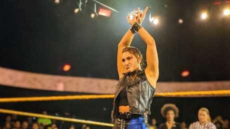 5 pendientes arrancados y trozos de oreja removidos: las duras consecuencias del acalorado combate de la luchadora Rhea Ripley por el título de NXT