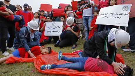 Syrische und libanesische Demonstranten stellen Mitglieder des syrischen Zivilschutzes