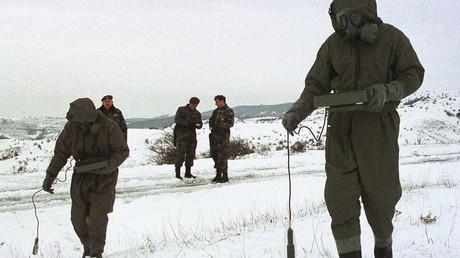 Soldaten der jugoslawischen Armee messen die Radioaktivität am Boden in der Nähe der südserbischen Stadt Presevo am 15. Januar 2001.