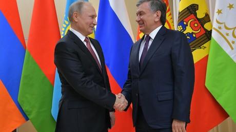 26. Dezember 2017: Der russische Präsident Wladimir Putin und der Präsident der Republik Usbekistan Shavkat Mirziyoyev kurz vor einem informellen Treffen der GUS.