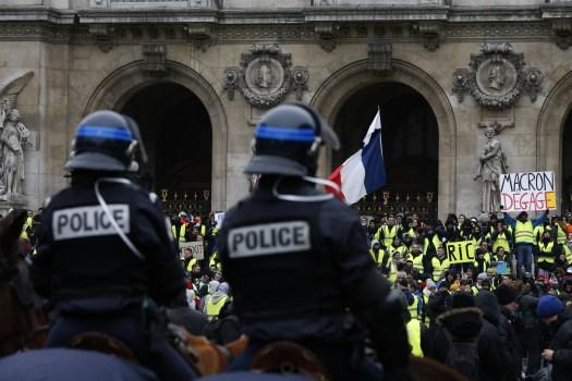 """""""Macron... wie bitte?"""" Französischer Fernsehsender """"zensiert"""" Plakat eines Gelbwestlers (Fotos)"""