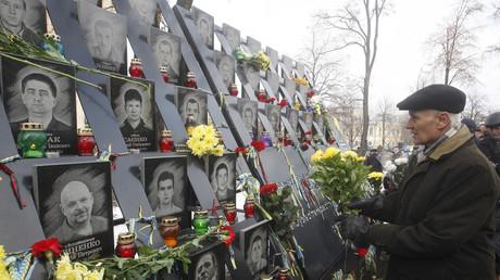 Zum 5. Jahrestag des Beginns der Maidan-Proteste legen Menschen Blumen an einer Gedenktafel für die bei den Protesten getöteten Demonstranten ab. (Kiew, 21. November 2018)