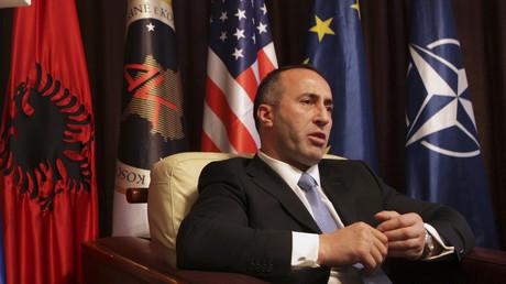 Fahnen der USA und der NATO schmücken das Parteibüro des selbsternannten