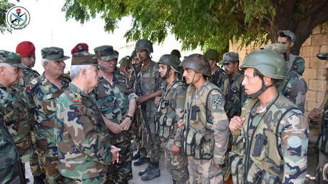 Syriens Verteidigungsminister Ali Abdulah Ajub besucht Soldaten in al-Hobeit in der Provinz Idlib (Foto veröffentlicht am 11. August 2019).
