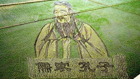 Überlebensgroße Darstellung des chinesischen Gelehrten Konfuzius in einem Reisfeld – dessen Erbe ist auch nach Jahrtausenden prägend und wegweisend für das