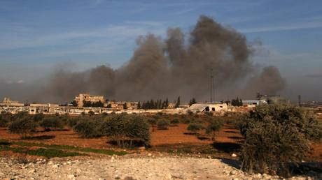 Dicke Rauchschwaden hängen in der Luft nach einem Luftangriff in der syrischen Provinz Idlib am 20. Februar.