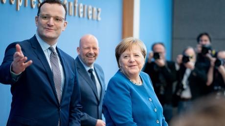 Gut gelaunt: Jens Spahn und Angela Merkel vor ihrer Pressekonferenz am Mittwoch in Berlin.