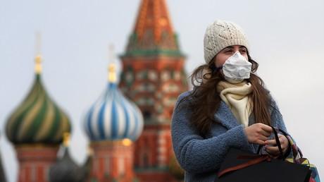 Die Besucherin des Wahrzeichen der Stadt - Roten Platzes in Moskau am 23. März.