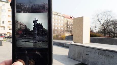 Am leeren Sockel in Prag, auf dem früher das Denkmal für den sowjetischen Marschall Iwan Konew stand, wird ein Foto der Statue auf einem Handy aufgerufen