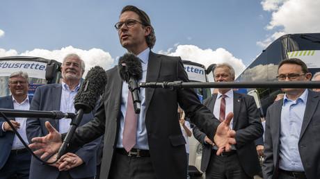 Verkehrsminister Andreas Scheuer (CSU) spricht zu Journalisten, nachdem Busunternehmer aufgrund der Folgen durch die Corona-Pandemie am 17. Juni in Berlin protestierten.