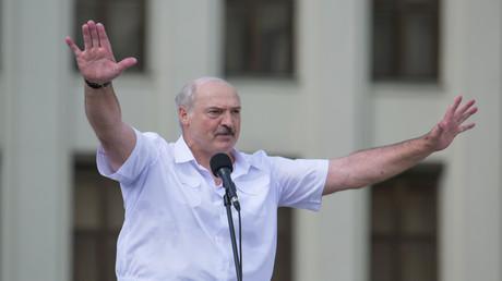 Der belarussische Präsident Alexander Lukaschenko hält während einer Rede, die er während einer Kundgebung seiner Anhänger in der Nähe des Regierungsgebäudes auf dem Unabhängigkeitsplatz in Minsk, Belarus, am 16. August 2020 hält, eine Geste.