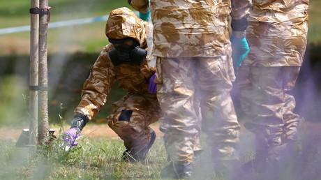 Archivbild: Ermittler in Schutzanzügen sichern im Zusammenhang mit dem Skripal-Attentat einen Gegenstand (Salisbury, Großbritannien, 19. Juli 2018).