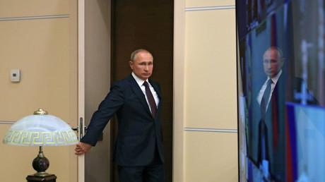 Der russische Präsident Wladimir Putin kommt zu einem Treffen mit Mitgliedern des Sicherheitsrates nahe Moskau am 4. September 2020.