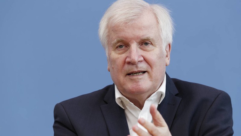 """Seehofer warns against radicalization of the """"Lateral thinker"""": """"They can decompose our country"""""""