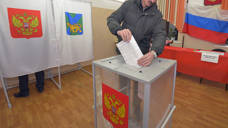 FILE PHOTO: A man casts his ballot during presidential elections at a polling station in the far eastern city of Vladivostok, Russia © Yuri Maltsev