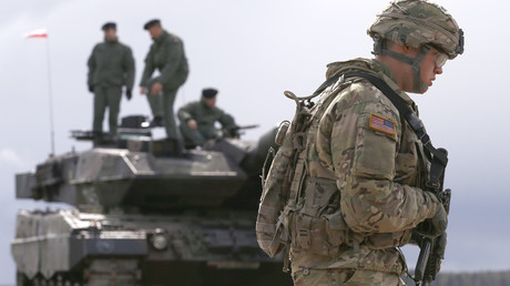 A US soldier walks to the welcoming ceremony for US-led NATO troops at polygon near Orzysz, Poland on 13 Apr. 2017 © Kacper Pempel / Reuters