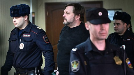 Former governor Nikita Belykh is being escorted to the court room © Maksim Blinov