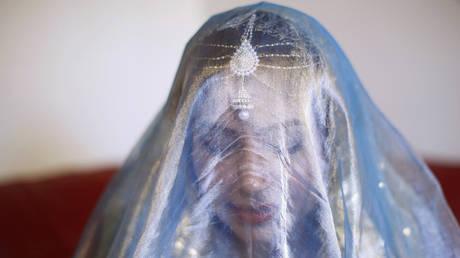 A woman wears a Pakistani wedding veil ahead of her traditional Islamic wedding blessing, London © Reuters / Olivia Harris