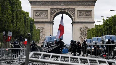 5d2b3e33fc7e9332418b46b1 Barricades & tear gas: 150+ arrested in clashes with police amid Bastille Day celebrations (VIDEOS)