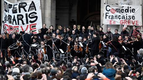 Saturday's strike outside the Palais Garnier. © STEPHANE DE SAKUTIN / AFP
