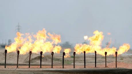 FILE PHOTO: Flames are seen at a station in al-Zubair oil field, near Basra, Iraq © Reuters / Essam Al-Sudani