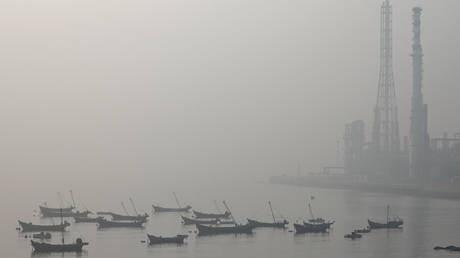 FILE PHOTO: Boats are seen at the Dalian Bay shrouded in haze on a polluted day in Liaoning province, China. © REUTERS / Stringer