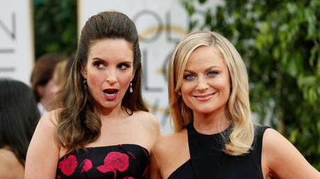 FILE PHOTO: Tina Fey and Amy Poehler pose at the 71st annual Golden Globe Awards in Beverly Hills, California, January 12, 2014 © Reuters / Danny Moloshok