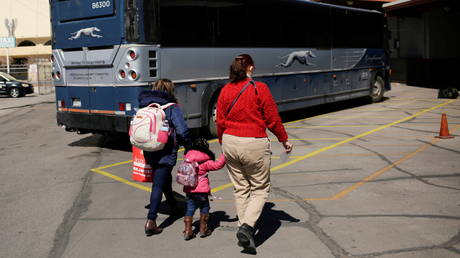 FILE PHOTO: A migrant from Guatemala and her daughter board a Greyhound bus in El Paso, Texas, March 5, 2021 © Reuters / Jose Luis Gonzalez