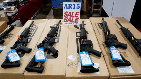 FILE PHOTO: AR-15 rifles are displayed for sale at the Guntoberfest gun show in Oaks, Pennsylvania, U.S., October 6, 2017 © REUTERS/Joshua Roberts