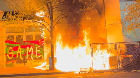 Fire burns at an Apple store during protests in Portland, Oregon, April 17, 2021, in this still image taken from a video © Reuters / Grace Morgan
