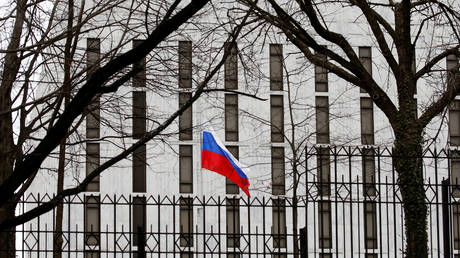 The flag of the Russian Federation flies at the Russian Embassy in Washington, U.S., March 27, 2018. © REUTERS / Joshua Roberts