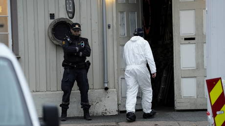 A police technician enters a building in the town center after a deadly attack in Kongsberg, Norway October 14, 2021 © NTB/Terje Bendiksby via REUTERS