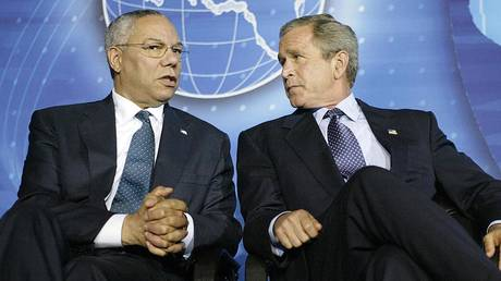Former US President George W. Bush (R) and former US Secretary of State Colin Powell (L). © AFP / Luke FRAZZA