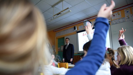 Emmanuel Macron en discussion avec des enfants lors d'une visite de l'école primaire de Rilly-sur-Vienne