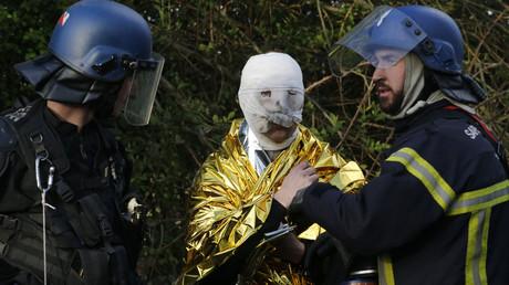 un gendarme et un pompier prennent soin d'un gendarme blessé à Notre-Dame-des-Landes, 15 avril 2018 (image d'illustration).