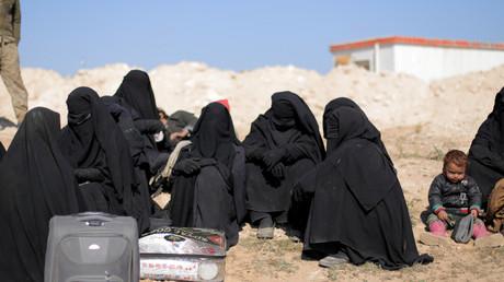 Des femmes assises avec leurs affaires près de Baghouz, dans la province de Deir Al-Zor, en Syrie, le 12 février 2019. (image d'illustration)