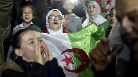 Des milliers d'Algériens en liesse après la démission d'Abdelaziz Bouteflika (VIDEOS)