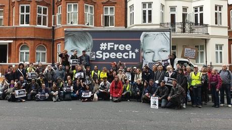 Des citoyens français regroupés dans la rue de l'ambassade de l'Equateur à Londres, le 2 mai 2019.