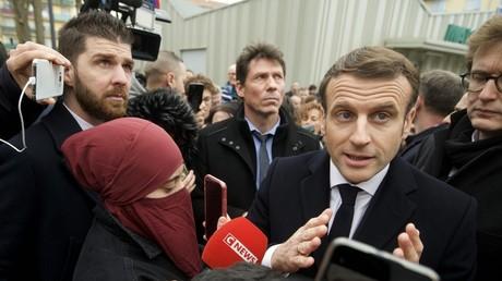 «Soumission»: des élus de droite s'indignent de la présence d'une femme en niqab aux côtés de Macron