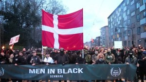 Après l'annonce du projet de «passeport vaccinal», les Men in Black manifestent au Danemark
