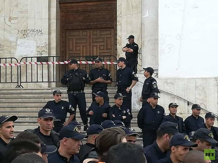 بالصور.. الجزائريون يتوافدون إلى ساحة البريد ومخاوف من مواجهات