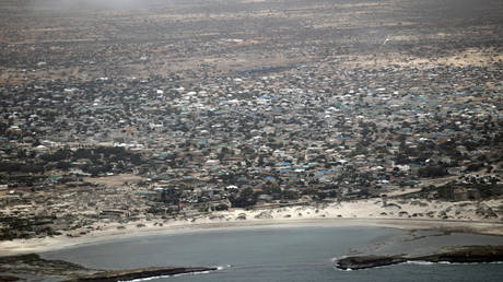 "Explosion and clashes in a hotel in Somalia during a meeting of elders and deputies and ""young"" adopt the attack"