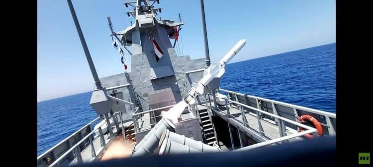 الجيش المصري يغرق سفينة في البحر المتوسط بضربة صاروخية واحدة (صور)