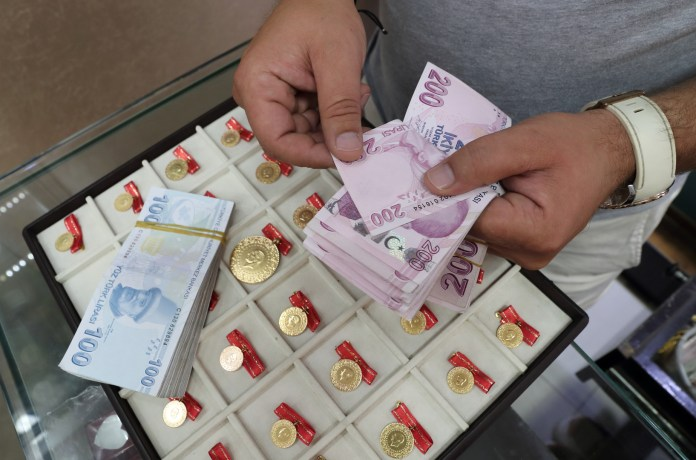 The Turkish lira falls to record levels in light of geopolitical tensions